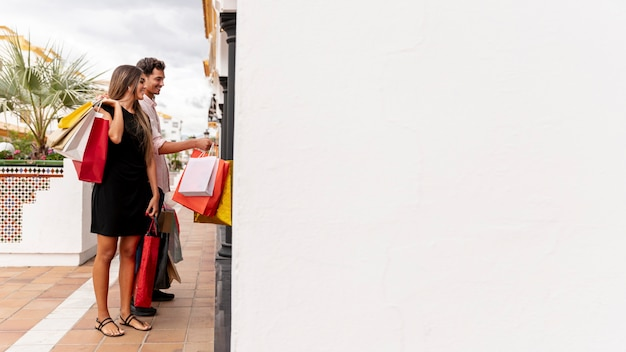 Jeune couple shopping avec espace de copie