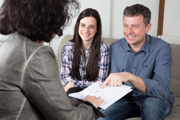 Jeune couple, signature, financier, contrat