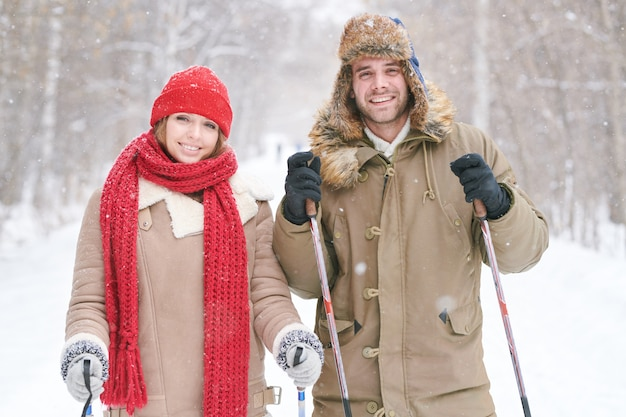 Jeune couple, ski, ensemble