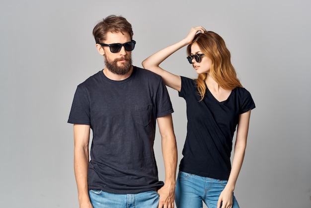 Un jeune couple socialisant ensemble posant un fond clair de mode. photo de haute qualité