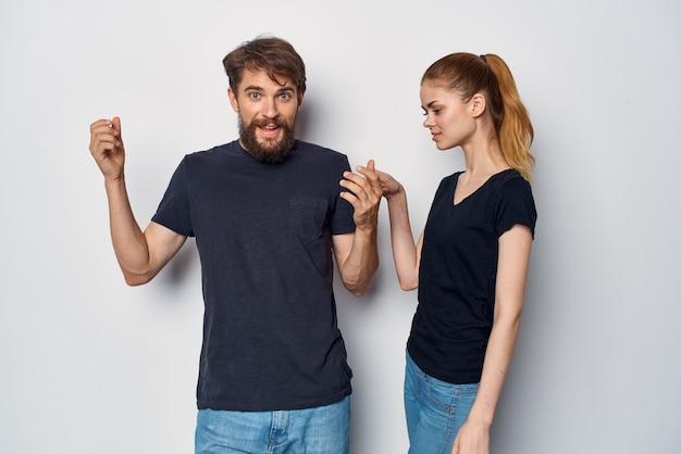 Un jeune couple socialisant ensemble posant le style de vie du studio de mode
