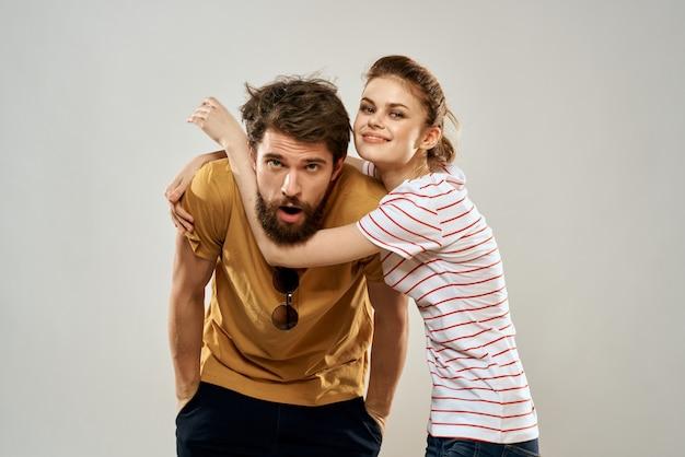 Jeune couple socialisant romance lifestyle fashion fun fond clair.