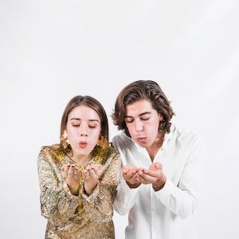 Jeune couple soufflant des étincelles