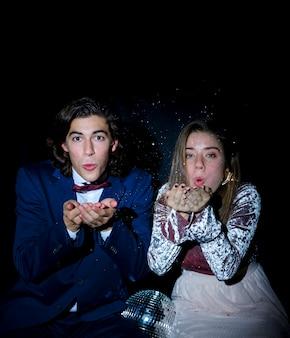 Jeune couple souffle baiser fête