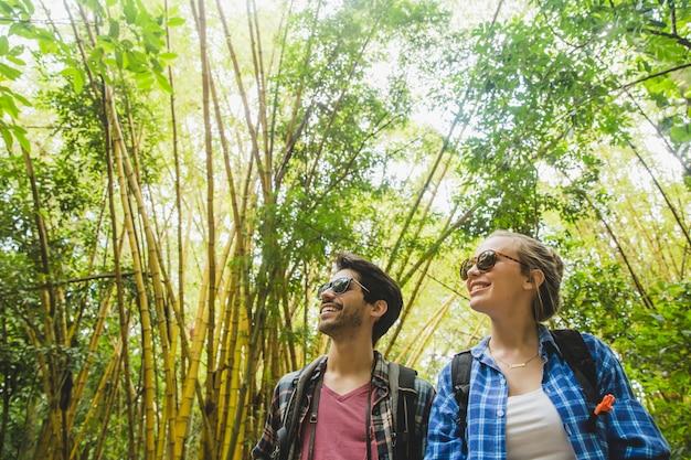 Jeune couple souriant dans la forêt