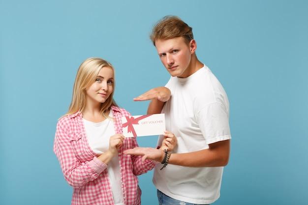 Jeune couple souriant deux amis gars et femme en t-shirts blancs vides roses blancs posant