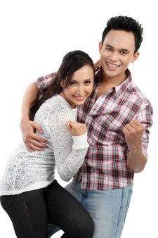 Jeune couple souriant heureux isolé