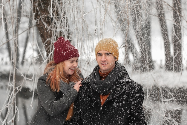 Jeune couple, sourire, et, jouer, à, les, neige