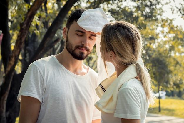 Jeune couple sportif après avoir couru dans le parc