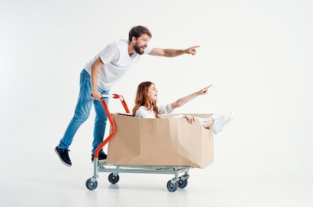 Un jeune couple style de vie de supermarché amusant fond isolé