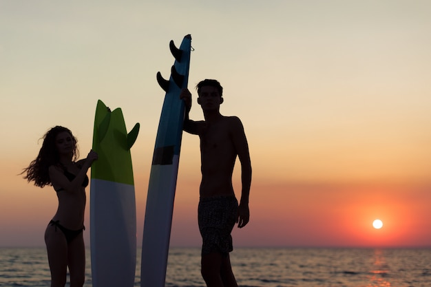 Jeune couple de surfeurs