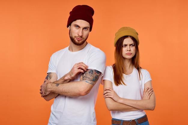 Jeune couple en t-shirts blancs fashion posing studio