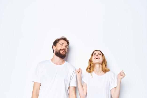 Jeune couple en t-shirts blancs et jeans casual wear fashion mockup