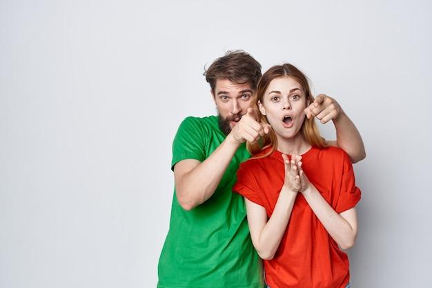 Un jeune couple t-shirts multicolores querelle de communication fond isolé