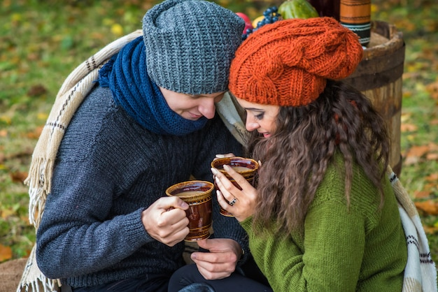 Jeune couple avec une tasse de café