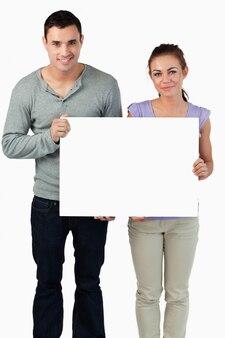 Jeune couple tenant la bannière ensemble