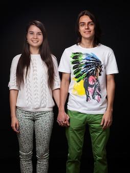 Jeune couple, tenant mains, sur, sombre