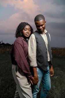 Jeune couple, tenant mains
