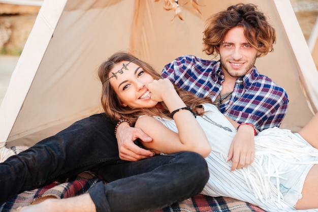 Jeune couple en tipi sur la plage