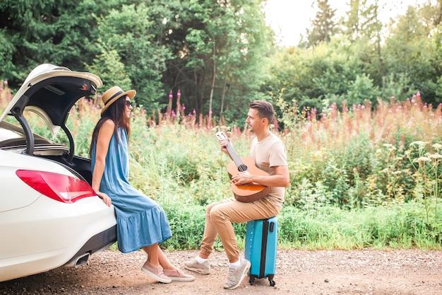 Jeune couple touristique profitant des vacances d'été