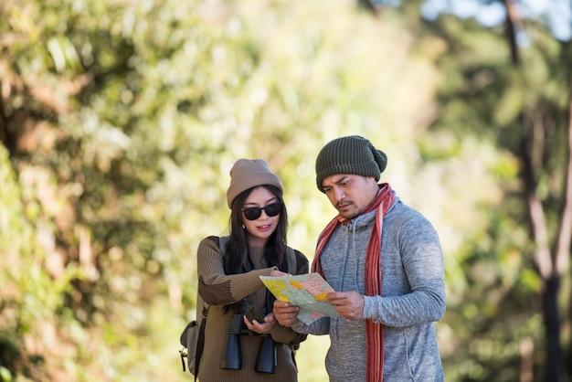 Jeune couple touristique voyage en forêt de montagne