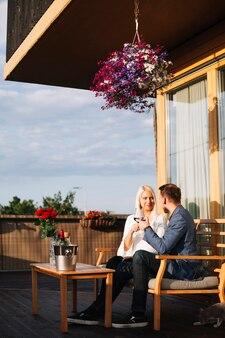 Jeune couple en train de boire un verre au restaurant