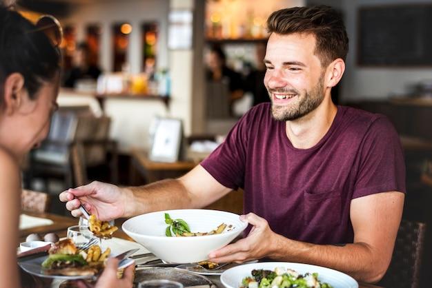 Jeune couple en train de déjeuner dans un restaurant