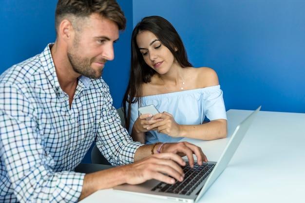 Jeune couple travaillant avec un ordinateur portable
