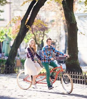 Jeune couple, sur, a, vélo tandem