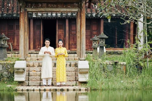 Jeune couple vietnamien juste marié