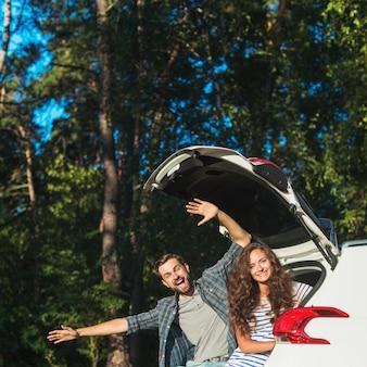 Jeune couple en voyage en voiture