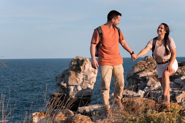 Jeune couple voyageant ensemble