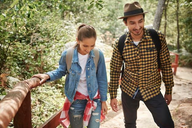 Jeune couple voyageant avec sac à dos