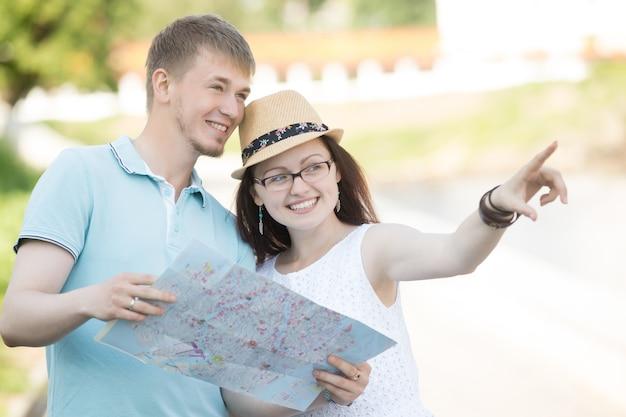 Jeune couple voyageant en train de regarder quelque chose pendant le voyage