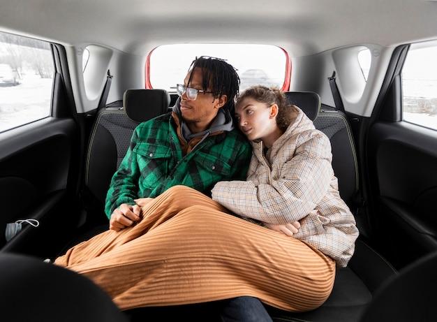 Jeune couple voyageant avec voiture