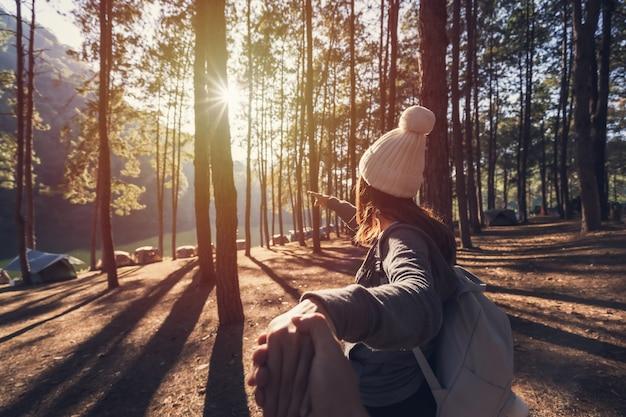 Jeune couple voyageur camping dans la nature en vacances à pang ung, mae hong son, thaïlande