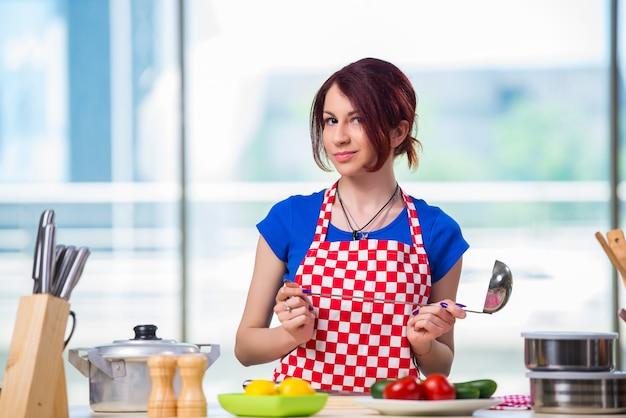 Jeune cuisinier travaillant dans la cuisine