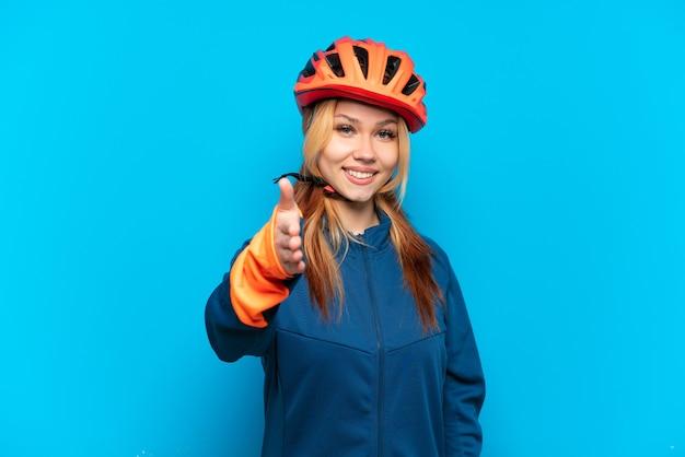 Jeune cycliste isolée se serrant la main pour conclure une bonne affaire