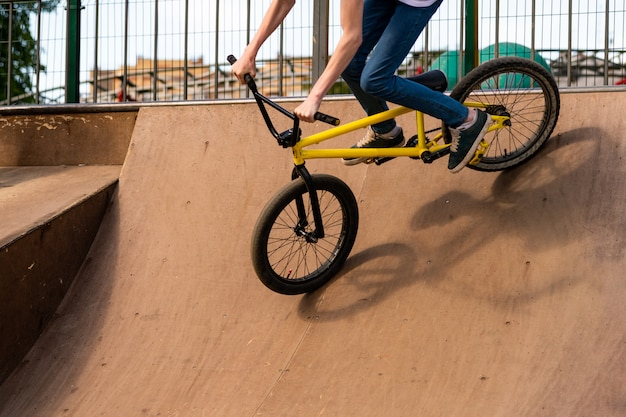 Jeune cycliste sur la rampe. guy descend la moto de la rampe.