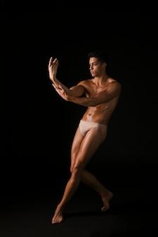 Jeune danseur, toucher bras