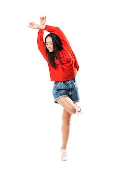 Jeune danseuse asiatique sur mur blanc isolé