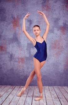 Jeune danseuse ballerine montrant ses techniques