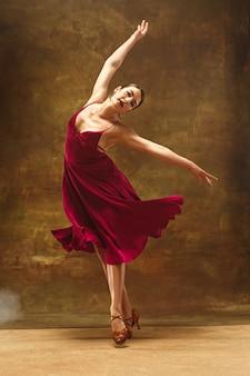 Jeune danseuse de ballet. jolie femme harmonieuse avec robe