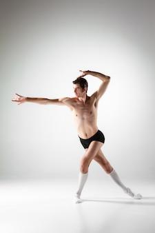La jeune danseuse de ballet moderne attrayante