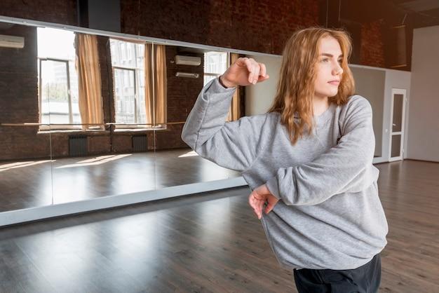 Jeune danseuse pratiquant devant un miroir