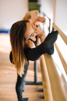 Jeune danseuse qui s'étend ses jambes