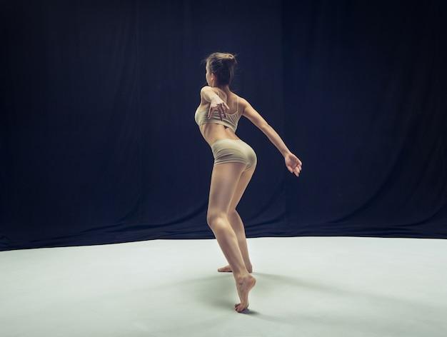 Jeune danseuse teen danse sur studio de plancher blanc.