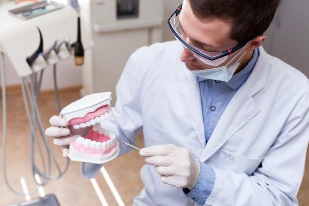 Jeune dentiste travaillant au bureau