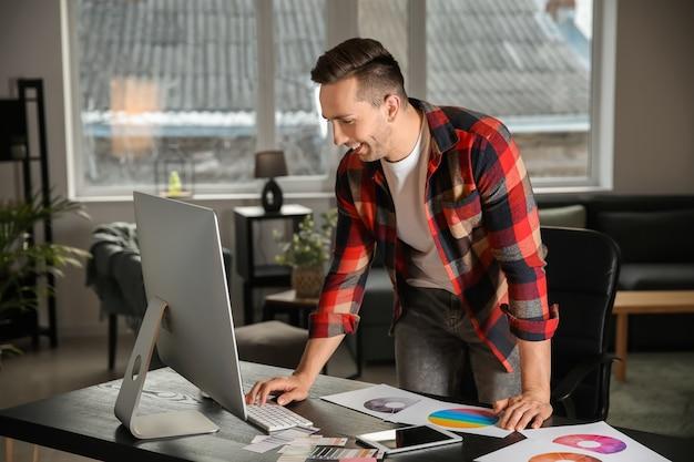 Jeune designer travaillant au bureau