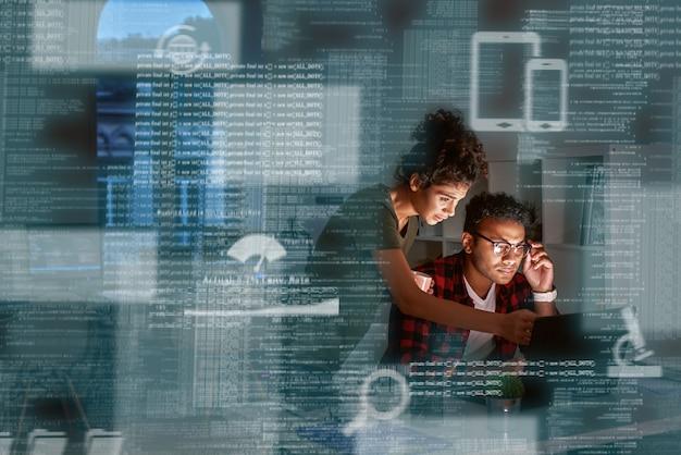 Jeune développeur indien et son chef de projet discutant du code d'application